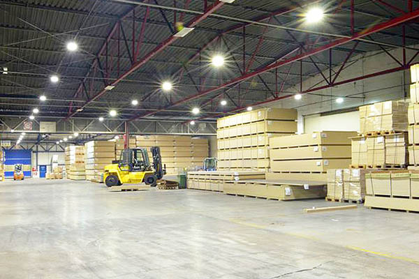 How should warehouse lighting choose the right LED fixture?